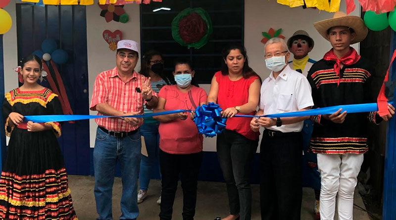 Representantes de la Alcaldía de Managua y la Embajada de Taiwán, junto a la Protagonista Rosa Emilia Reyes Reyes, en la entrega de su Vivienda en el Barrio Oscar Turcios, de Managua.