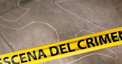 Figura de cuerpo sobre el pavimento con una línea que dice escena del crimen