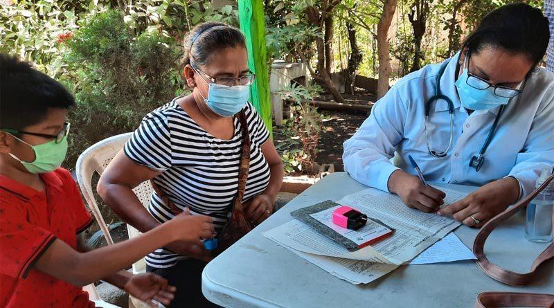 Pobladora del Barrio Divino Pastor de Nejapa recibiendo atención médica en Feria de Salud del MINSA.