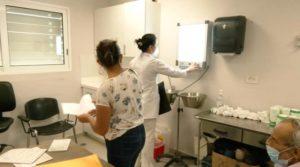 Paciente y doctora durante atenciones en el Hospital Fernando Vélez Paiz
