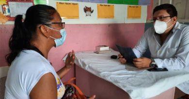 Médico y paciente durante la jornada de salud en el barrio Batahola Sur