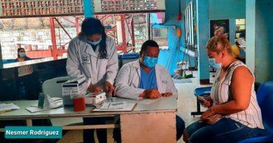Familias de Managua en el Centro de Salud Sócrates Flores durante las consultas generales y pruebas de VIH.