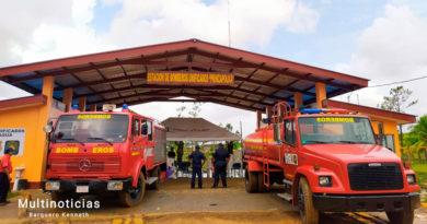 Dos camiones de bomberos estacionados frente a la nueva estación de bomberos en Prinzapolka