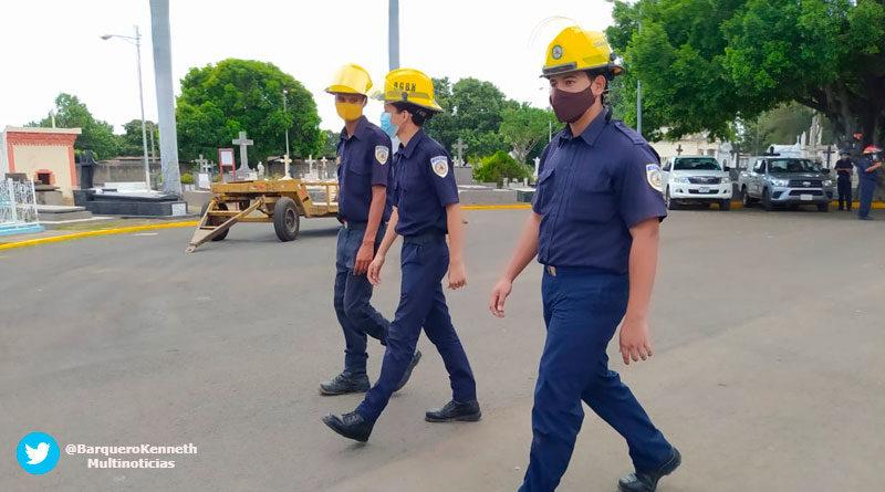 Bomberos de Nicaragua inspeccionando cementerios de Managua