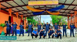 Bomberos en la fachada de la nueva estación de bomberos en Tisma, Masaya