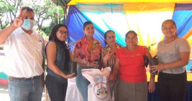 Delegada del MEFCCA junto a productores de frijol de Nueva Segovia entregando los bonos tecnológicos