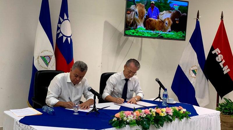 Embajador de Taiwán en Nicaragua, Jaime Chin Mu-Wu, junto al Ministerio Agropecuario de Nicaragua (MAG), Edward Centeno, firmando desembolso de fondos.