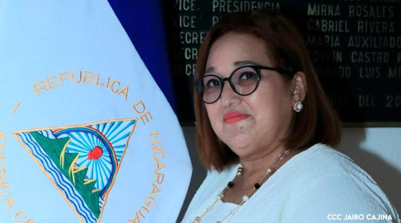 Brenda Rocha, Magistrada Presidenta del Consejo Supremo Electoral de Nicaragua (CSE)., junto a la bandera de Nicaragua