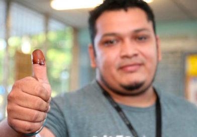 joven Nicaraguense mostrando su dedo pulgar que ejerció su voto.