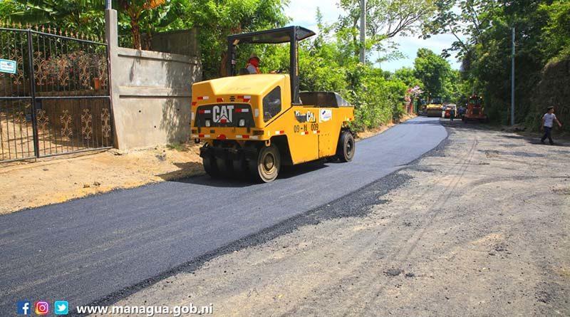 Maquinaria de la Alcaldía de Managua asfaltando calles en la comarca San Isidro