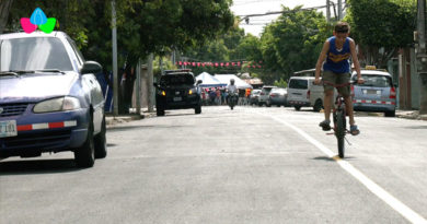Familias del barrio Santa Ana durante la inauguración de dos calles nuevas de carpeta asfáltica por parte de la Alcaldía de Managua.
