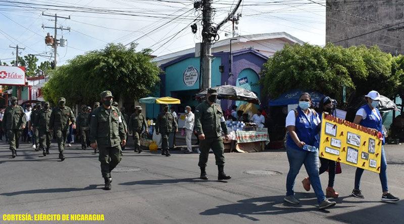 """Efectivos militares del 2 Comando Militar Regional del Ejército de Nicaragua durante la caminata en saludo al """"Día de Solidaridad con las personas con VIH y sus familias"""" en Chinandega."""