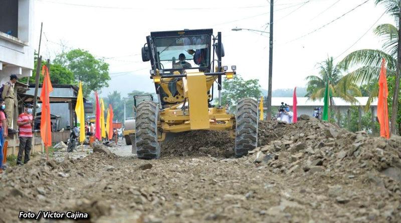 Maquinaria pesada en la construcción de la carretera Rosita – Bonanza, en la Región Autónoma de la Costa Caribe Norte