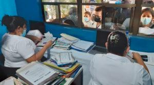 Trabajadores del Centro Nacional de Oftalmología atienden a pacientes