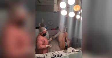 Personal médico realizando una cirugía en quirófano del el Hospital Manolo Morales de Managua, Nicaragua