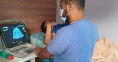 Personal médico del Ministerio de Salud de Nicaragua brindando consulta médica en clínica móvil del distrito III de Managua