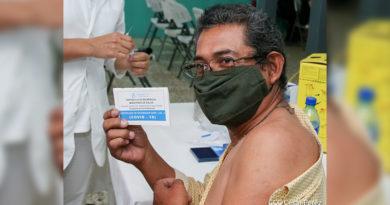 Paciente muestra el certificado emitido por el Ministerio de Salud tras recibir la vacuna contra el Covid-19