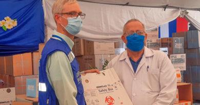 Doctor Carlos Sáenz, Secretario General del MINSA junto Mark Cantrell, Asesor de la Organización Panamericana de la Salud (OPS) en Nicaragua durante la entrega del donativo