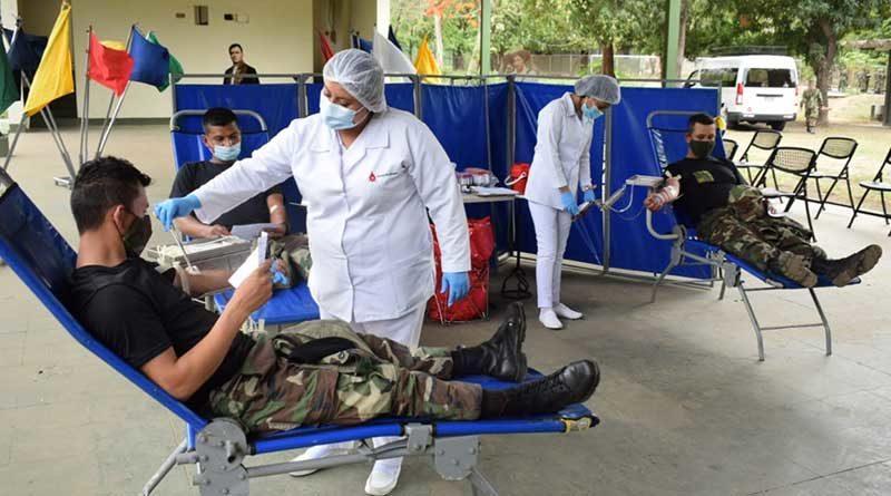 Efectivos militares y enfermeras durante jornada voluntaria de donación de sangre