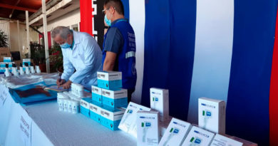 Doctor Carlos Sáenz, Secretario General del Ministerio de Salud recibiendo donativo por parte de la Organización Panamericana de la Salud (OPS), y la Organización Direct Relief.
