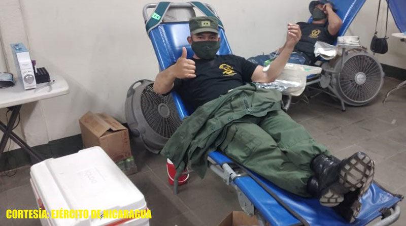 Efectivos militares del Ejercito de Nicaragua donando sangre