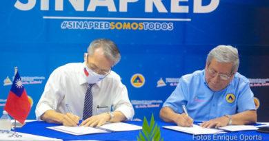 Embajador de Taiwán junto al director del SINAPRED, durante la donación realizada este jueves 13 de mayo