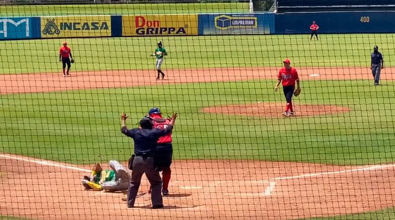 Dwight Britton tumbado en el suelo tras recibir pelotazo en la cabeza en el Estadio Nacional de Managua.