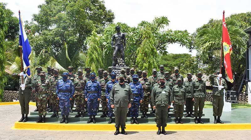 Efectivos militares durante el acto de graduación de cursos