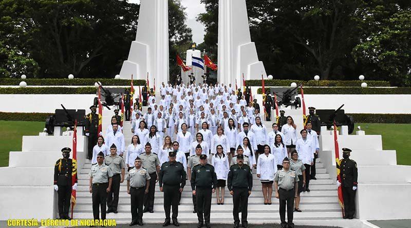 Ceremonia de graduación realizada por el Ejército de Nicaragua en el monumento en Tiscapa