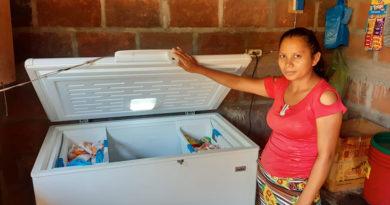 Una pobladora sostiene la puerta de una mantenedora