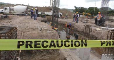 Trabajadores de la Alcaldía de Estelí durante las obras del proyecto que se desarrolla en el imponente Estadio Independencia.