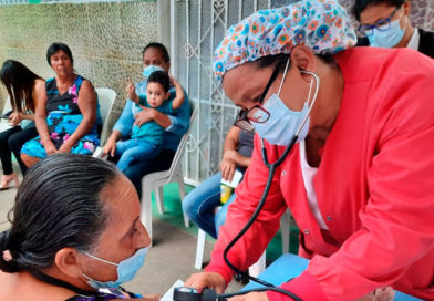 Médicos del Ministerio de Salud de Nicaragua brindando consulta médica en barrio Altagracia #2 de Managua
