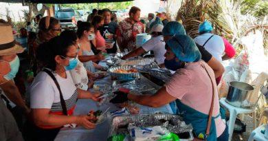Familias durante el Festival Gastronómico en Puerto Corinto, Chinandega