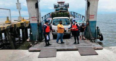 Miembros de la Fuerza Naval inspección una embarcación en San Jorge