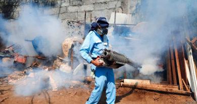Brigadistas del Ministerio de Salud de Nicaragua fumigando las viviendas del barrio Pedro Joaquín Chamorro de Managua