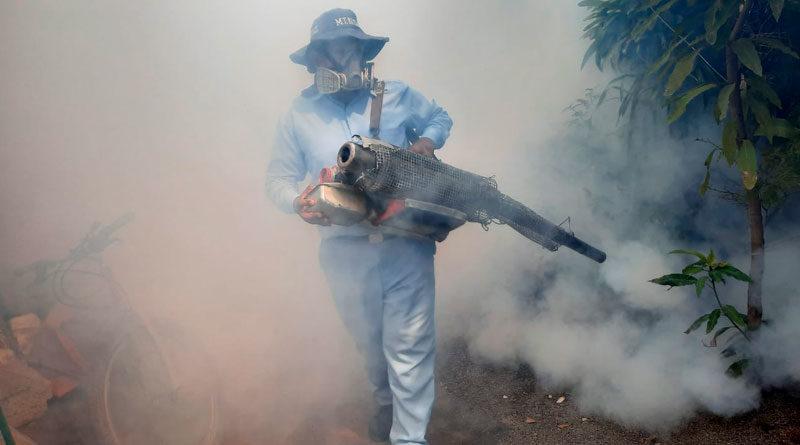 Trabajador del Ministerio de Salud de Nicaragua fumigando una vivienda del barrio Camilo Ortega en Managua.