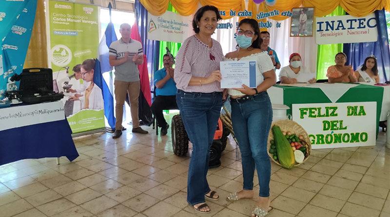 Autoridades de INATEC entregan reconocimiento a una estudiante en Chinandega