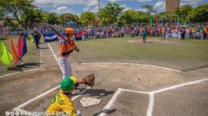 Alcaldesa de Managua, Reyna Rueda lanza la primera bola en la inauguración del campeonato de béisbol
