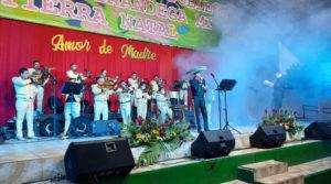 Escenario sobre el cual están mariachis y cantantes de INCANTO, durante el concierto dedicado a las madres en Chinandega