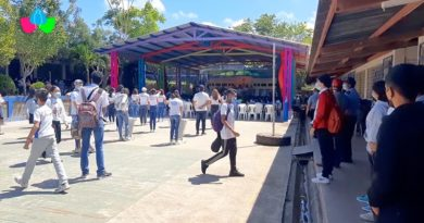 Comunidad educativa de Jinotepe durante la inauguración del techo metálico del Instituto Manuel Hernández.