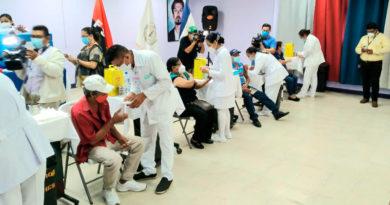 Paciente mayor de 55 años aplicándose la vacuna contra el COVID-19, en Managua, Nicaragua.