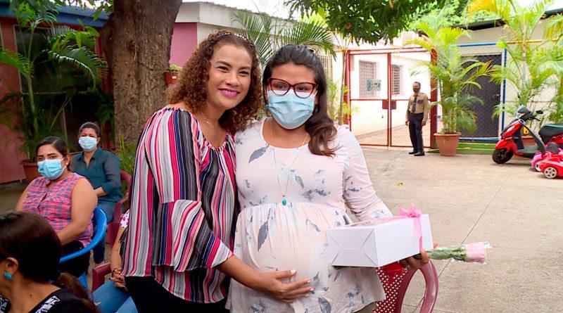 Alcaldesa de Managua, Reyna Rueda, junto a una madre del CDI Guadalupe Jirón