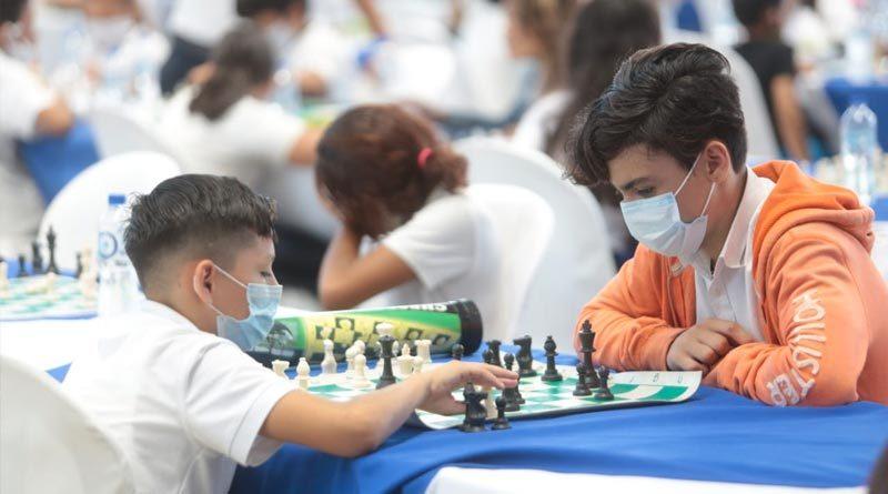 Jóvenes estudiantes de secundaria durante la Mega Simultánea de Ajedrez 2021.
