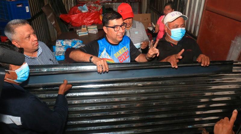 Comerciantes del Mercado Oriental reciben materiales para reconstruir sus tramos de parte de la Alcaldía de Managua.
