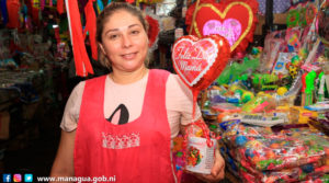 Comerciante del mercado oriental ofreciendo sus productos para regalar a las madres en su día