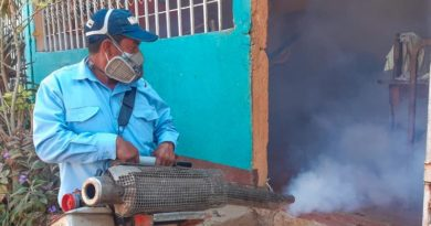 Uno de los brigadistas de fumigación del MINSA durante la lucha antiepidémica en los barrios Villa Reconciliación y Francisco Aguilar.