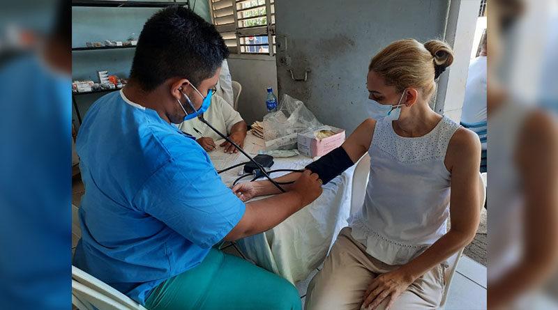 Médico del hospital Lenin Fonseca brinda atención a pobladora en Monseñor Lezcano