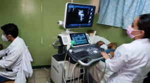 Médicos del MINSA realizan ultrasonidos a una paciente acostada en una camilla