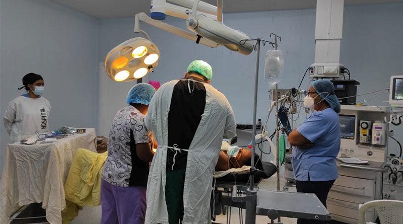 Médicos del hospital Manolo Morales, durante la jornada quirúrgica desarrollada este lunes 10 de mayo