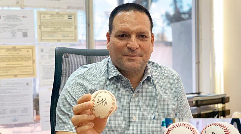 Nemesio Porras presidente de FENIBA mostrando una de sus pelotas firmadas.